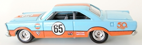 gallery/65 galaxie 500 ljusblå hw bruks 1b 2018 50th anni. favorites nr 65 dörrar och huv orange stripes gulf firestone 50th mfl loggor sidor svart inredning
