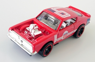 gallery/67 barracuda custom king kuda gloss red hw bruks 1a 2019 no 140 muscle mania ingen huv block vit mörkblå  stripes & urban outlaw loggor krominredning