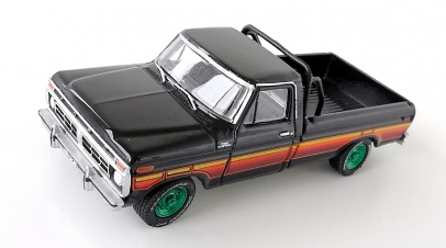 gallery/77 f-100 gloss black green machine gl bruks 1a hitch & tow r17 green machine dragkrok gul orange röd stripes sidor met gröna fälgar svart inredning