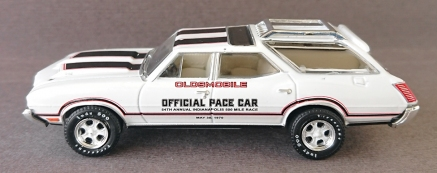 gallery/70 vista cruiser gloss white pace car gl bruks 1b hobby exclusive 54th annual indianapolis 500 mile race takfäste svarta röda stripes & loggor beige inredning